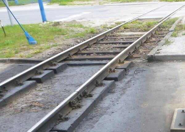 Dostawa konstrukcji szczelnej tacy z tworzywa na torze kolejowym rozładunku substancji niebezpiecznych