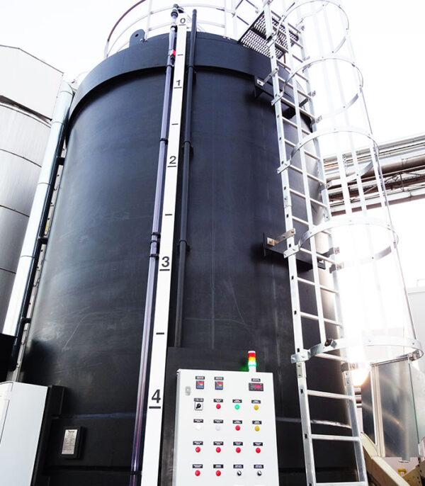 Zbiornik magazynowy ługu sodowego NaOH o pojemności od 2 do 20 m3, z tworzywa PE, PP, odporny chemicznie izolowany
