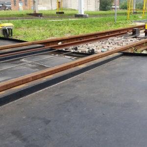 Taca ociekowa kolejowa zabezpieczająca tory przed wyciekiem substancji wykonana z płyt tworzywa HDPE