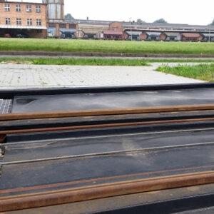 Zabezpieczenie bocznicy kolejowej przeładunkowej przed wyciekiem substancji żrących szczelną tacą kolejową ociekową z tworzywa