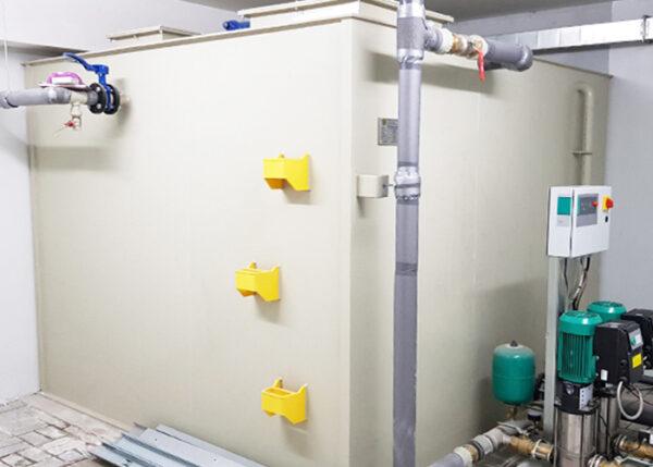 Zbiornik wewnętrzny panelowy wody pitnej PP z atestem PZH montowany w ciasnym pomieszczeniu piwnicznym przyziemiu