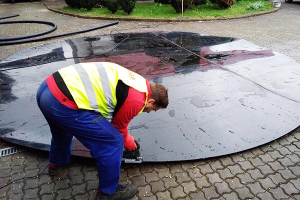przygotowanie wykładziny dna zbiornika do naprawy skorodowanego -osadnika na oczyszczalni