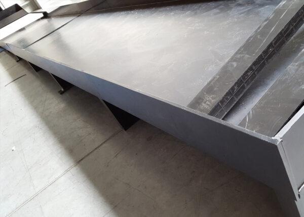 taca ochronna odporna chemicznie na podłogę w ciągu produkcyjnym zakładu