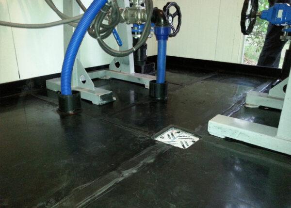 taca wychwytująca w pomieszczeniu produkcyjnym odpływ wyciekających substancji