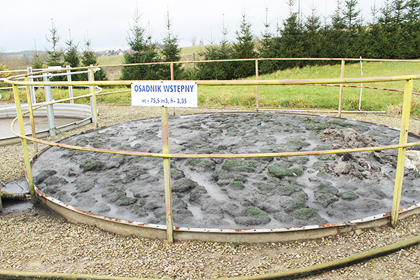 wypełniony zbiornik osadnik wstępny na ścieki - korozja stalowego zbiornika jak zmodernizować